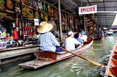 Venditore di galleggiamento del mercato di Bangkok immagine stock libera da diritti