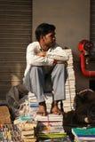 Venditore di libro della pavimentazione a Nuova Delhi Fotografia Stock
