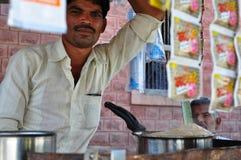 Venditore di Masala chai sulle vie dell'India Fotografia Stock Libera da Diritti