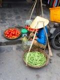 Venditore di verdure vietnamita con i canestri immagini stock libere da diritti