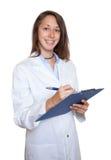Venditore femminile di risata con la lavagna per appunti Fotografie Stock Libere da Diritti