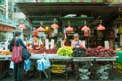 Venditore nel mercato di strada, Hong Kong della frutta Fotografia Stock Libera da Diritti