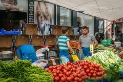 Venditore nel mercato turco a Costantinopoli fotografie stock libere da diritti