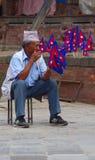 Venditore nepalese della bandiera al quadrato di Durbar Immagine Stock