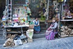 Venditore non identificato della donna della via che vende le offerti, ricordi, MESA per i rituali con i feti secchi del lama immagine stock