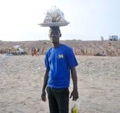 Venditore sulla spiaggia - Accra, Ghana dell'alimento Immagine Stock