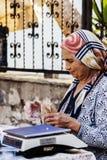 Venditore turco anziano della donna al bazar turco Immagine Stock