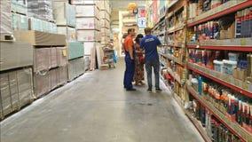 Venditore in un grande supermercato della costruzione video d archivio