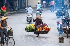 Venditore vietnamita del fiorista a Hanoi fotografia stock