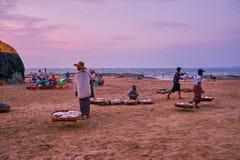 Venditori ambulanti sul lavoro, Chaung Tha, Myanmar fotografie stock libere da diritti