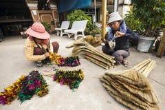 Venditori cambogiani che vendono le scope fatte a mano Fotografia Stock