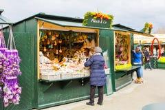 Venditori che preparano le merci differenti per la vendita al mercato di Pasqua a Vienna Fotografia Stock