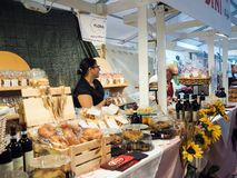 Venditori dei dolci e dei vini italiani nella città di Foligno, centesimo fotografie stock libere da diritti
