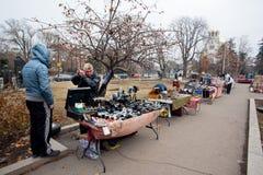 Venditori del mercato delle pulci dell'aria aperta Fotografia Stock