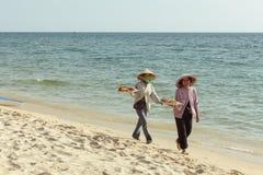 Venditori della frutta sulla spiaggia dell'isola di Phu Quoc Fotografia Stock