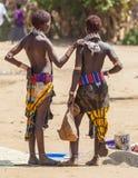 Venditori delle donne di Hamar al mercato del villaggio Turmi lowe Fotografia Stock Libera da Diritti