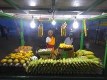 Venditori dello spuntino sulla spiaggia del porticciolo chennai Fotografie Stock