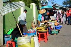Venditori di alimento della via al sito dorato della roccia Pagoda di Kyaiktiyo Stato di lunedì myanmar immagine stock libera da diritti