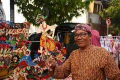 Venditori di Wayang Kulit sulle vie, mentre esibendo i loro prodotti di vendita in Tegal/Java centrale, l'Indonesia, fotografia stock
