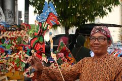 Venditori di Wayang Kulit sulle vie, mentre esibendo i loro prodotti di vendita in Tegal/Java centrale, l'Indonesia, immagini stock