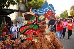 Venditori di Wayang Kulit sulle vie, mentre esibendo i loro prodotti di vendita in Tegal/Java centrale, l'Indonesia, fotografie stock libere da diritti