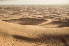 Vendo a areia da duna dentro de 4x4 fora da estrada em Dubai Fotos de Stock Royalty Free
