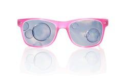 Vendo o mundo através dos vidros coloridos rosa. Imagens de Stock Royalty Free