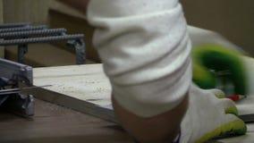 Vendo uma serra de vaivém elétrica da placa de madeira video estoque