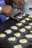 Vendor& x27; 做泰国酥脆薄煎饼,木炭面粉,选择聚焦的s手 免版税库存图片