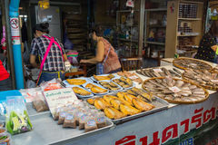 Vendors are selling some food at Don Wai Floating market. NAKORN PATHOM THAILAND MAR 13 : vendors are selling some food at Don Wai Floating market on 13 March Royalty Free Stock Photos