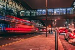 Vendredi 22 décembre 2017, Dublin Ireland - traînées de lumière et extérieur mobile brouillé de personnes du terminal 2 Photos stock