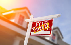 Venduto a casa per il segno di vendita davanti alla nuova casa Fotografie Stock Libere da Diritti