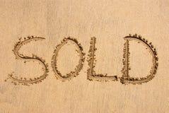 ?Venduto? scritto sulla sabbia immagine stock libera da diritti