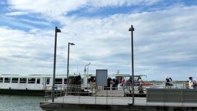 Venecia, Burano, Italia - 7 de julio de 2018: Parada de Vaparetto en la isla de Burano la gente viene a bordo del vaparetto, nave almacen de metraje de vídeo