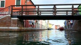 VENECIA, BURANO, ITALIA - 7 DE JULIO DE 2018: Puente y canal con arquitectura colorida en la isla famosa Burano muchos metrajes