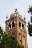 Venecia, campanario entre los árboles imagenes de archivo