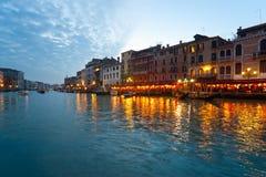 Venecia, canal y barco. Foto de archivo