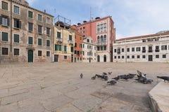 Venecia/cuadrado de ciudad tradicional rodeado por vieja arquitectura Foto de archivo