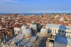 VENECIA - 9 DE ABRIL DE 2017: La opinión desde arriba sobre la basílica San Marc Foto de archivo libre de regalías