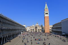 VENECIA - 9 DE ABRIL DE 2017: La opinión sobre San Marco Square con touris Imagenes de archivo