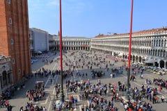 VENECIA - 9 DE ABRIL DE 2017: La opinión sobre San Marco Square con touris Imagen de archivo libre de regalías