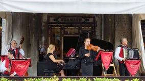 VENECIA 25 de agosto. Músicos en la terraza de la C famosa Imágenes de archivo libres de regalías