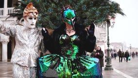 Venecia 5 de febrero de 2018 - dos actores de la calle que llevan los trajes del carnaval que sorprenden caminan juntos mirar y l almacen de video