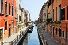 VENECIA 15 DE JUNIO: Canal veneciano estrecho el 15 de junio de 2012 en Venecia, Italia. Imagen de archivo