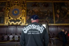 Venecia - 4 de octubre: Vistor no identificado de Palazzo Ducale con la camisa del mono del gas el 4 de octubre de 2017 en Veneci imagen de archivo