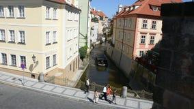 Venecia de Praguepor travesía de visita turístico de excursión en los canales del río de Moldava en Praga almacen de video