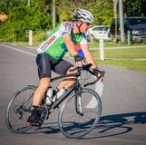VENECIA, FL - 24 de abril - los ciclistas de todas las edades participó en el paseo de Sharky el evento de las playas en Englewoo Fotografía de archivo