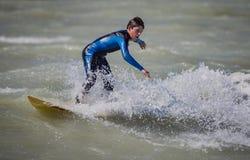 VENECIA, FL - 7 de febrero - las altas ondas debido a la tormenta inusual puso en evidencia a las personas que practica surf en l Fotografía de archivo libre de regalías