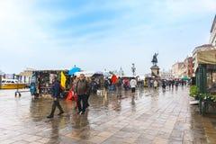 Venecia, Italia - 27 de abril de 2017: La gente está caminando en una calle a Fotografía de archivo
