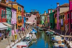 VENECIA, ITALIA - 22 DE AGOSTO DE 2016: Los turistas están caminando en Burano Foto de archivo libre de regalías